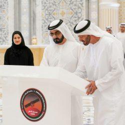 الشيخ محمد بن راشد و الشيخ محمد بن زايد يوقعان على القطعة الأخيرة في مسبار الأمل