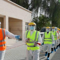 بلدية دبي تواصل عمليات التعقيم وتنفّذ حملة شملت سكن العمال بالمزارع والعِزَب