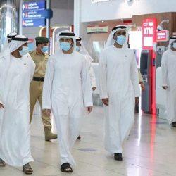 ولي عهد دبي يتفقد استعدادات عودة السياحة في مطار دبي