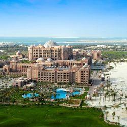 سعودي يحول هواية صيد الصقور إلى رحلة عائلية بعائد مربح