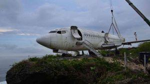 لجذب السياح  في إندونيسيا هيكل طائرة فوق جرف صخري