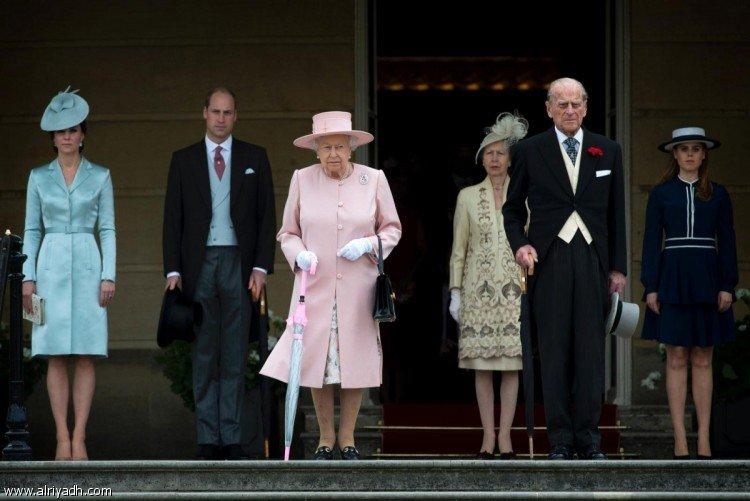 العائلة المالكة البريطانية أثناء حضور حفل بحديقة قصر باكنجهام في العاصمة لندن (AFP)